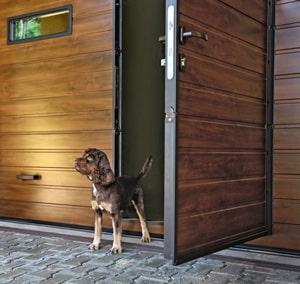 Garagentor mit Tür in Holzoptik (S-Sicke glatt) | CLASSIC