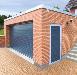 Nebentür und Garagen-Sektionaltor in RAL 7016 Grauanthrazit S-Sicke woodgrain | TREND