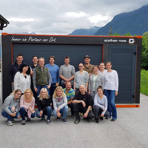 Mobiler Schauraum-Container | Teamfoto